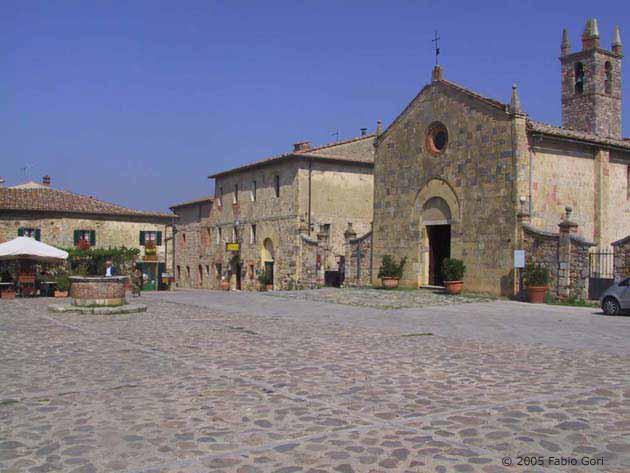 castello di monteriggioni piazza